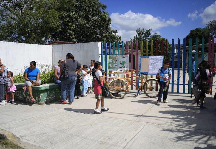 La directora justificó las cuotas por el hecho de que la SEyC no les proporciona recursos para el mantenimiento y limpieza de la escuela. (Harold Alcocer/SIPSE)