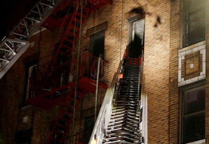 En el incendio del barrio del Bronx salvaron al menos 12 vidas. (AP)