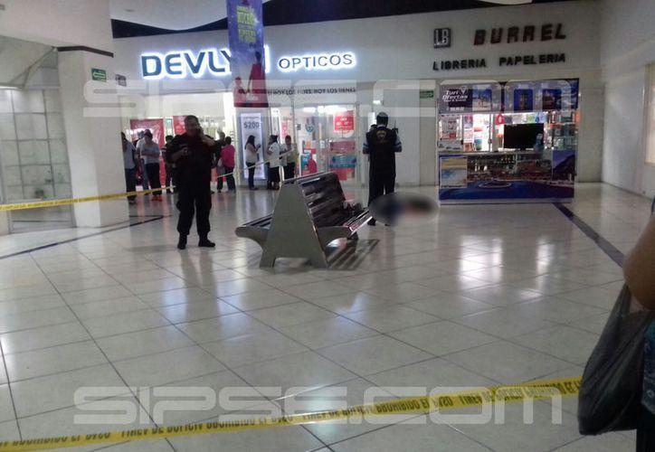 En imagen, la mujer asesinada en el interior de la plaza (Imágenes: Patricia Itzá/SIPSE.com)