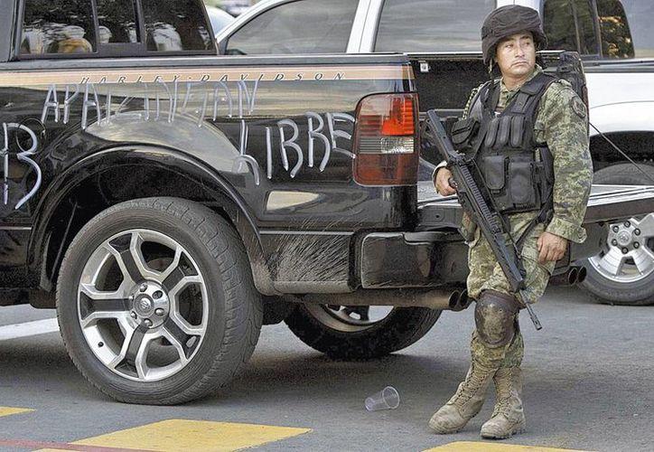 Personal militar tomó el control en Apatzingán desde la semana pasada. (Milenio)