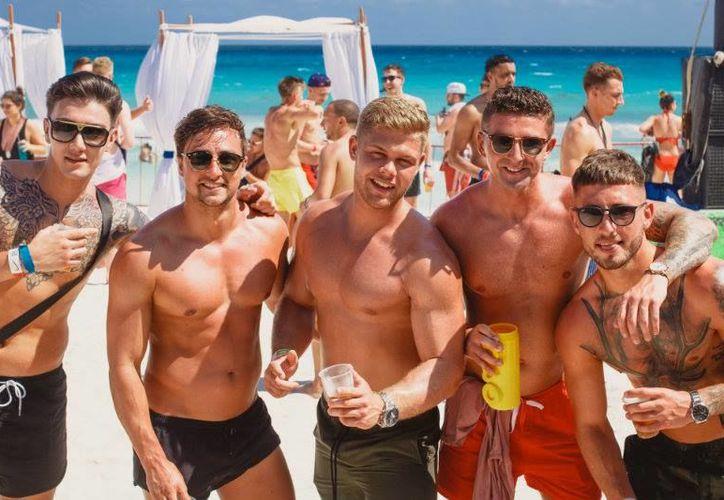 El segmento de viajeros gay gasta entre mil 200 y mil 300 dolares por persona por estancia. Cifra mayor al promedio de otros segmentos. (Foto: Facebook @misterbandb)