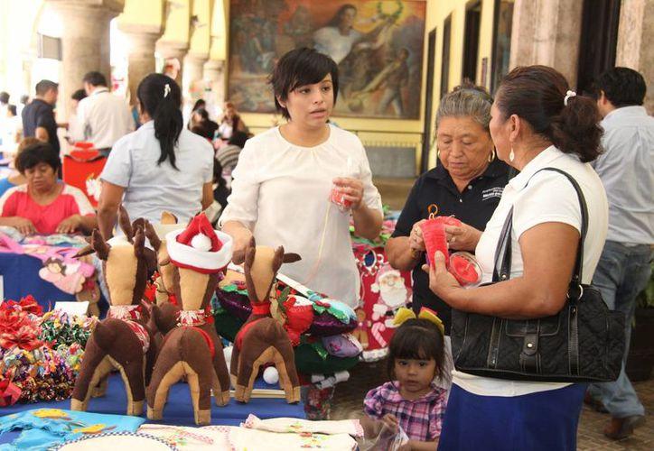 La Feria de las Manualidades 2014 se realizó en los bajos del Palacio Municipal de Mérida. (SIPSE)