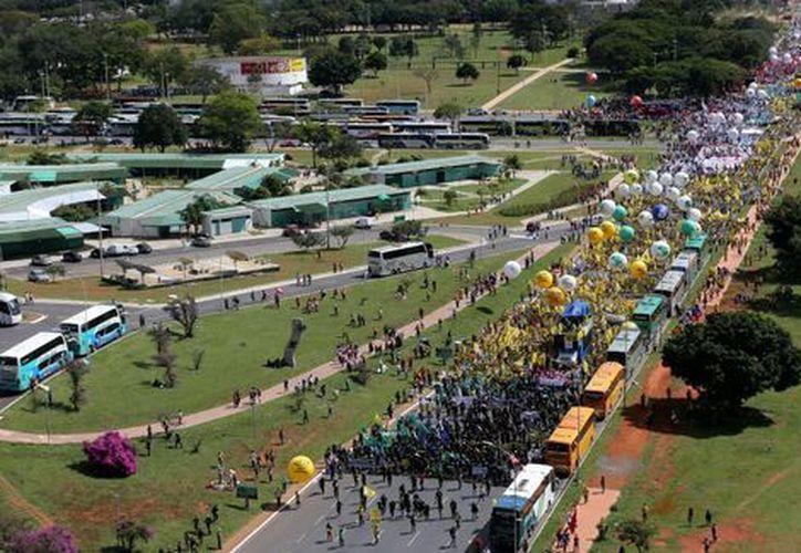 Unas 35 mil personas, respondieron al llamado sindical para exigir la salida de Temer. (Reuters).
