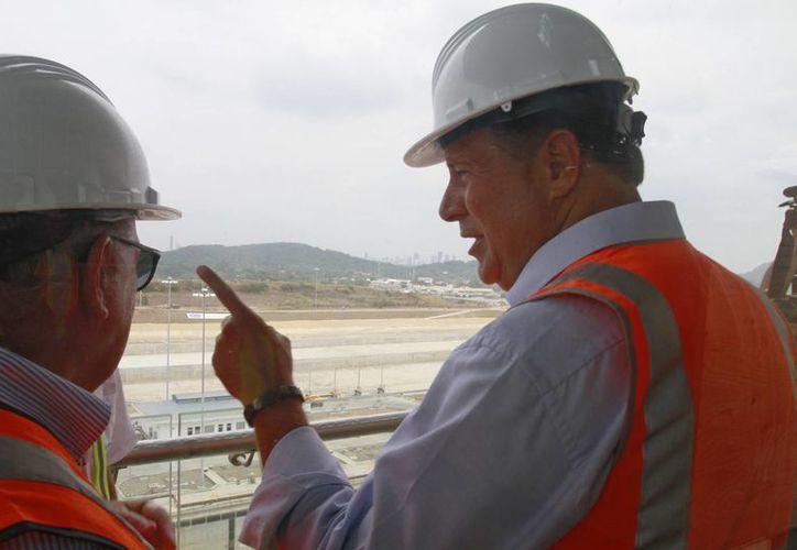 El presidente de Panamá, Juan Carlos Varela (d), insecciona las obras de ampliación del Canal de Panamá en el sector Cocolí, en la vertiente del Pacífico y a las afueras de la capital panameña. (EFE)