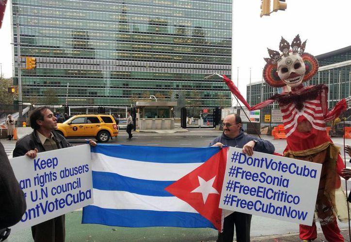 A las puertas de la ONU se manifestaron algunas personas. (EFE)