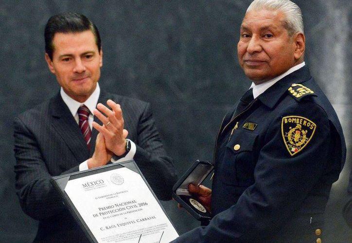 Raúl Esquivel Carbajal, director general del Heroico Cuerpo de Bomberos fue galardonado con el Premio Nacional de Protección Civil 2016. El también llamado Jefe Vulcano agradeció el reconocimiento y lo dedicó a todos los bomberos del país. (Facebook Enrique Peña Nieto)