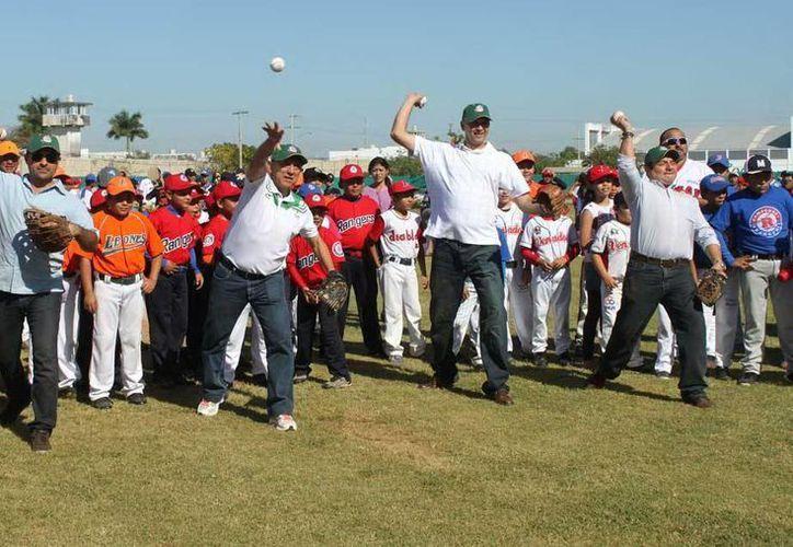 Lanzamiento inaugural del torneo en el que competirán 35 equipos en la categorías infantiles y juveniles. (Milenio Novedades)