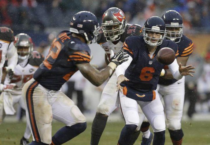 Jay Cutler, quarterback de los Bears de Chicago, envía el balón al corredor Matt Forte, durante el encuentro de este domingo, frente a los Buccaneers de Tampa Bay (AP Foto/Nam Y. Huh)