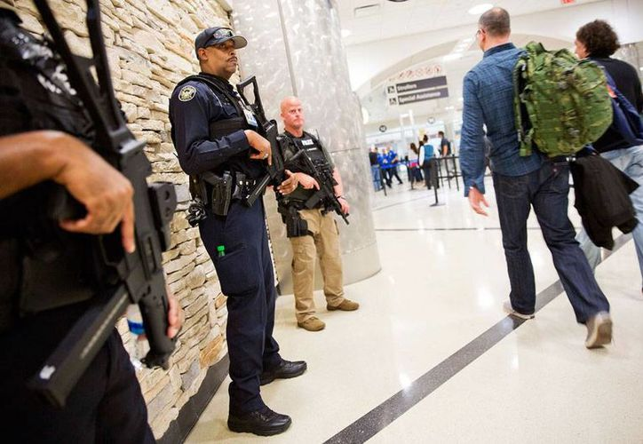 Los sirios detenidos en Honduras tenían como destino EU, donde las medidas de seguridad se han incrementado desde los atentados en parís, Francia, el viernes pasado. En la imagen, policías vigilan en el Aeropuerto Internacional Hartsfield-Jackson, en Atlanta, Georgia, EU. (Foto: AP/David Goldman)
