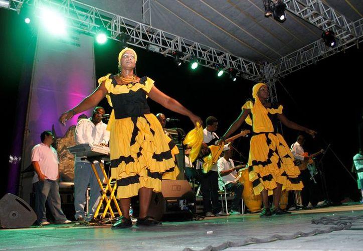 "Los ""Ram"" de Haití pusieron a bailar a numerosos chetumaleños con su sabor folclórico. (Jorge Carrillo/SIPSE)"
