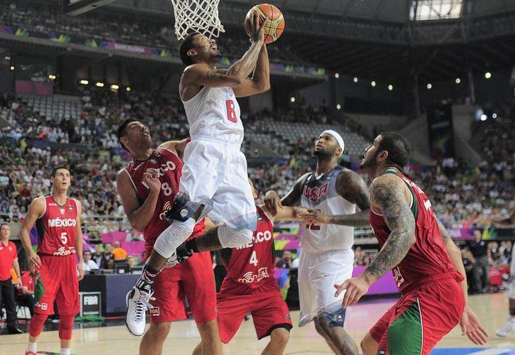 Derrick Rose hace una jugada espectacular en las narices del mexicano Gustavo Ayón. La selección de las Barras y las Estrellas ganó y avanzó a cuartos de final del Mundial de Basquetbol. (Foto: AP)