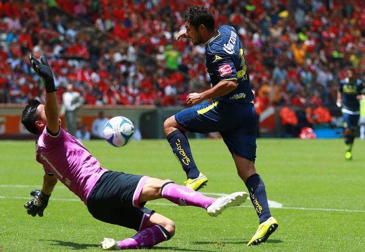 El arquero Alfredo Talavera, del Toluca, cometió una falta dentro del área contra José Olvera, de Monarcas. Juan Pablo Rodríguez se encargó de anotar el único gol del partido para los de Michoacán. (Jammedia)