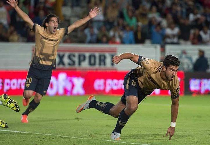 Eduardo Herrera (d) celebra con Matías Britos (i) al conseguir el gol que le dio la momentánea ventaja a Pumas al minuto 21. (Mexsport)