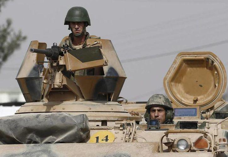 Tanque con soldados turcos haciendo guardia. (EFE/Archivo)