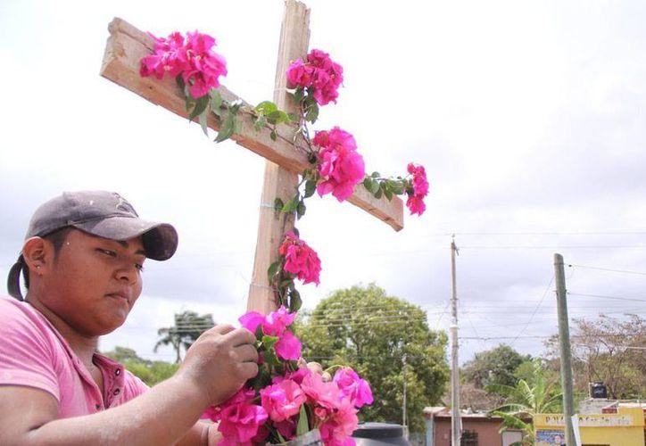 Los albañiles celebran su fiesta hoy en el Día de la Santa Cruz, que desde temprana hora adorna las construcciones de todo el país. La imagen corresponde a un alarife de Mérida. (José Acosta/SIPSE)