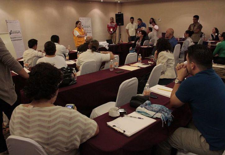 Especialistas de diferentes institutos de salud participan en un encuentro epidemiológico. (Tomás Álvarez/SIPSE)