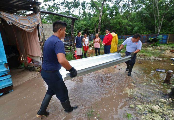 Elementos de Protección Civil y de Bomberos aplicaron diversas acciones en apoyo a la población. (Cortesía/SIPSE)