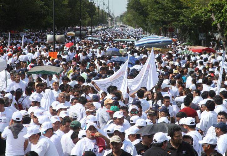 Miles de trabajadores se dieron cita en el Paseo de Montejo para la marcha del Día Internacional del Trabajo en Mérida, encabezada por el gobernador Rolando Zapata Bello. (Milenio Novedades)