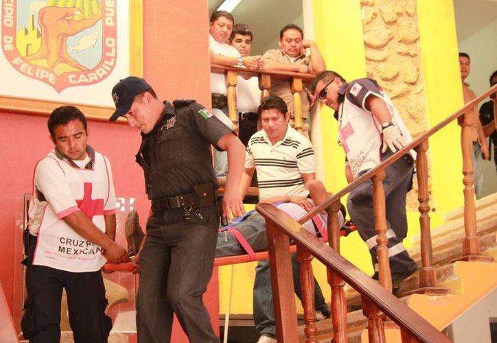 Los paramédicos de la Cruz Roja determinaron trasladar al trabajador al Hospital General de la ciudad. (Manuel Salazar/SIPSE)