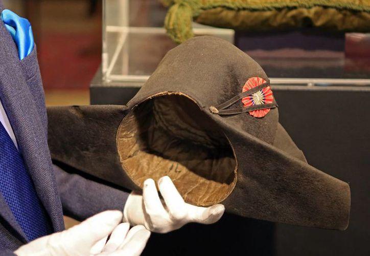 Solo sobreviven 19 de los 120 sombreros de Napoleón, entre ellos el bicornio que aparece en esta foto. (Foto: AP)