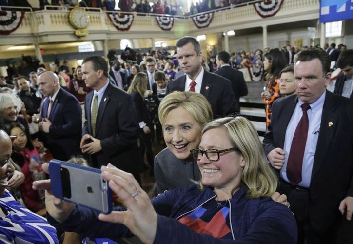 Hillary Clinton posa para una foto con una seguidora en un evento de campaña en Old South Meeting House, en Boston. (Agencias)