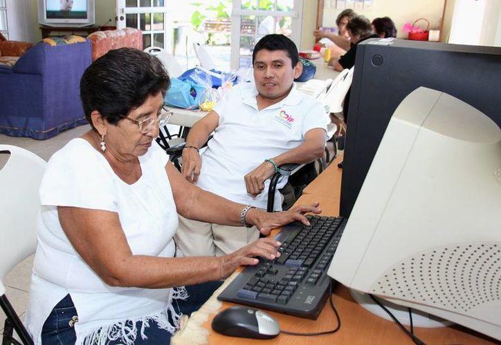 Una docena de mujeres de la tercera edad toman clases de computación en la Estancia de Día del Adulto Mayor. (Cortesía)