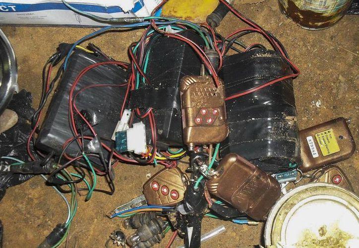 Fotografía que muestra un conjunto de artefactos explosivos caseros y detonadores incautados al grupo fundamentalista islámico Boko Haram en una guarida. (Archivo/EFE)