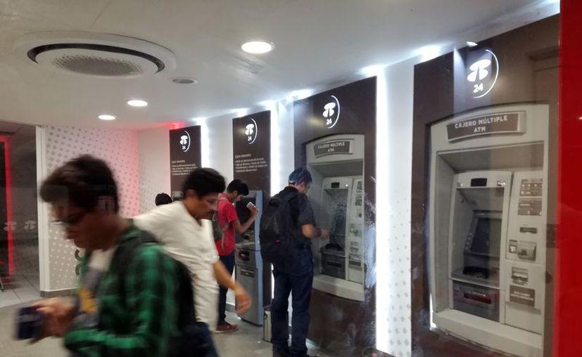 Bancos ponen más 'candados' con el fin de proteger el dinero de sus clientes. (Foto: Milenio Novedades)