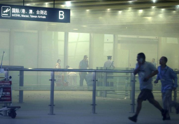 Aún no se sabe porqué un hombre hizo estallar una bomba casera  en la sección de llegadas de la Terminal 3 del aeropuerto. (Agencias)