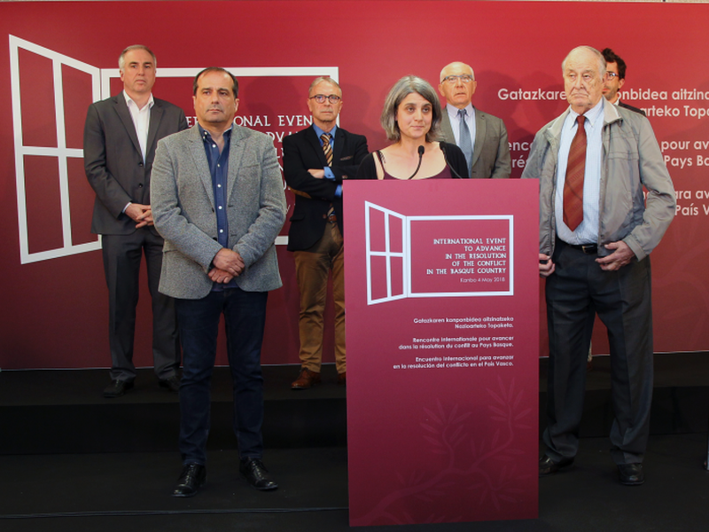 Anais Funosas of France, centre, spokeswoman of the Basque movement Bake Bidea delivers a speech during a press conference in Bayonne, southwestern France. (Internet)