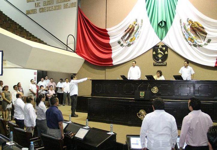 Cornelio Mena Ku rinde protesta como diputado en sustitución de Rafael Chan Magaña, quien solicitó licencia. (SIPSE)