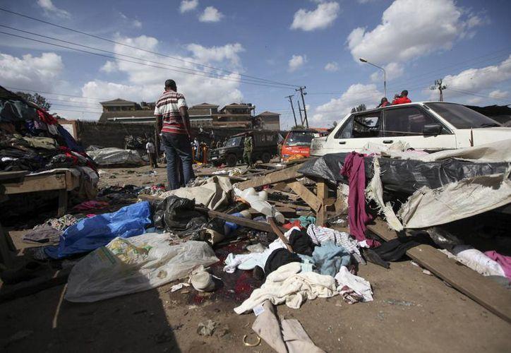 Varias personas se acercan al lugar de una explosión junto al mercado de Gikomba en Nairobi, Kenia. (EFE)