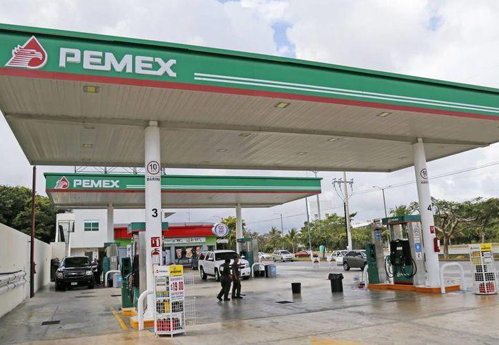 Algunas gasolineras se quedaron sin combustible desde el domingo, y otras más desde el lunes. (Jesús Tijerina/SIPSE)