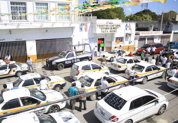 Alrededor de 50 unidades particulares de socios fueron estacionadas frente a las oficinas del gremio. (Harold Alcocer/SIPSE)