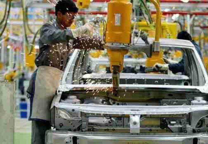 Entre las exportaciones manufactureras que están en riesto sobresalen las automotrices. (Notimex)