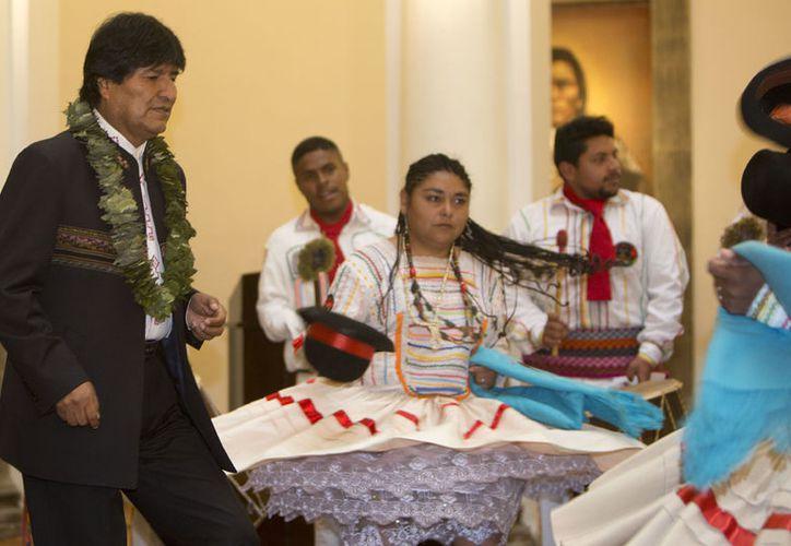 El presidente de Bolivia, Evo Morales, al bailar momentos antes de firmar una nueva ley en defensa de la coca. (AP/Juan Karita)