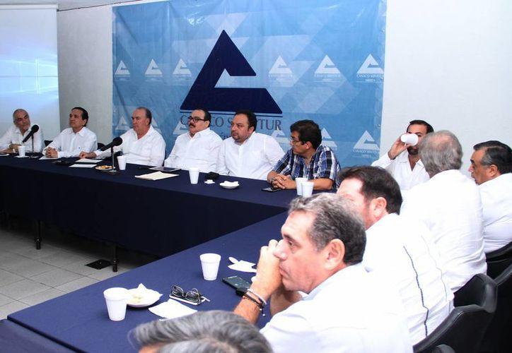Los legisladores federales se  reunieron con dirigentes de la Canaco de Mérida. (Jorge Acosta/SIPSE)