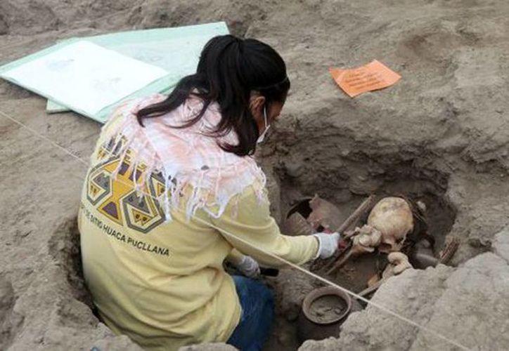 Imagen de la tumba encontrada en la cima de la pirámide trunca Huaca, en Perú. (@Peru21pe)