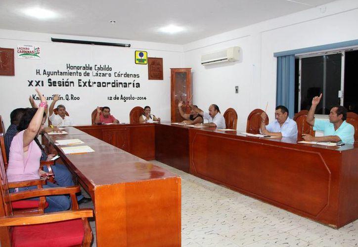 Durante la XXI Sesión de Cabildo se aprobó destinar casi un millón de pesos a acciones de colocación de techo concreto en colonias populares. (Raúl Balam/SIPSE)