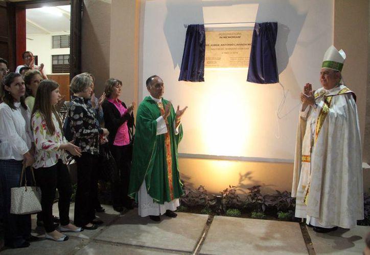 Fotografía de la develación de la placa, encabezada por Monseñor Berlie (derecha).