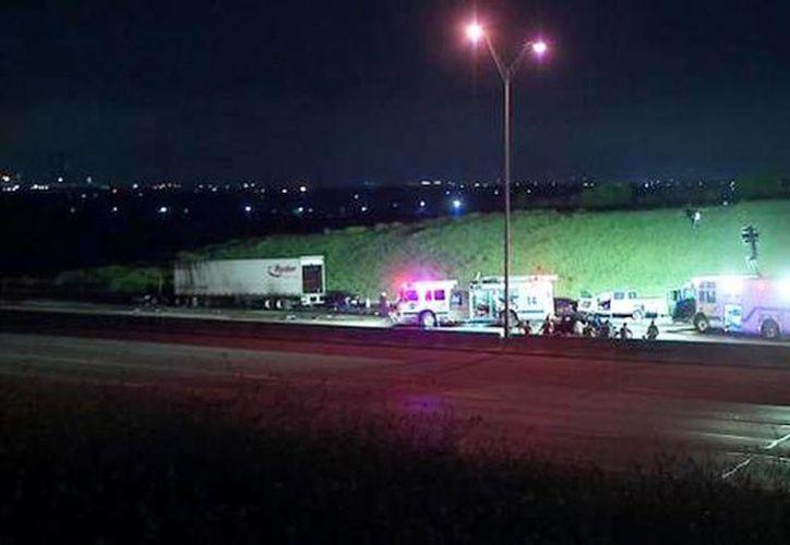 Un camión de carga que transportaba parte de la edición dominical del periódico Fort Worth Star-Telegram se estrelló contra un vehículo implicado en el accidente inicial.(Foto tomada de @Obitolizer)