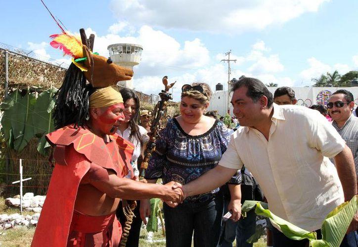 Con los altares, que fueron instalados en la cancha deportiva de penal, se recordó este domingo ancestrales costumbres mayas. (Cortesía)