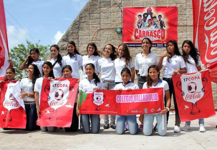 """El equipo femenil """"Leonas"""" del colegio Valladolid parten rumbo a Chetumal con la ilusión se retornar como ganadores. (Francisco Gálvez/SIPSE)"""