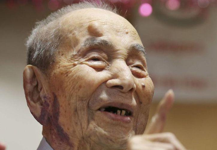 Yasutaro Koide, japonés de 112 años, sonríe al ser reconocido por Guinness el viernes 21 de agosto de 2015 como el hombre más anciano del mundo. (Agencias)