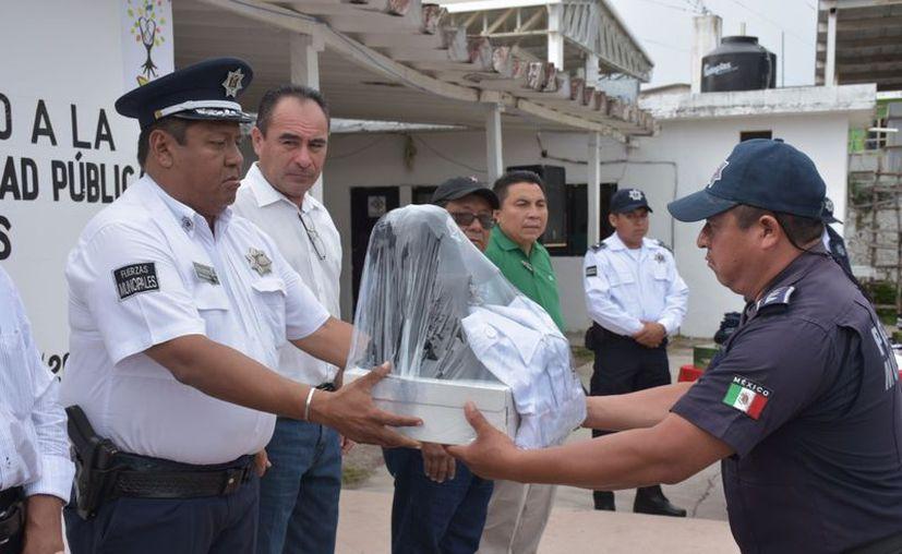 Autoridades municipales hicieron entrega de uniformes a cada uno de los elementos de la corporación municipal. (Jesús Caamal/SIPSE)