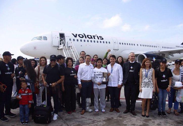La mujer llegó  esta mañana al destino turístico y fue recibida por el personal de la aerolínea. (Israel Leal/SIPSE)
