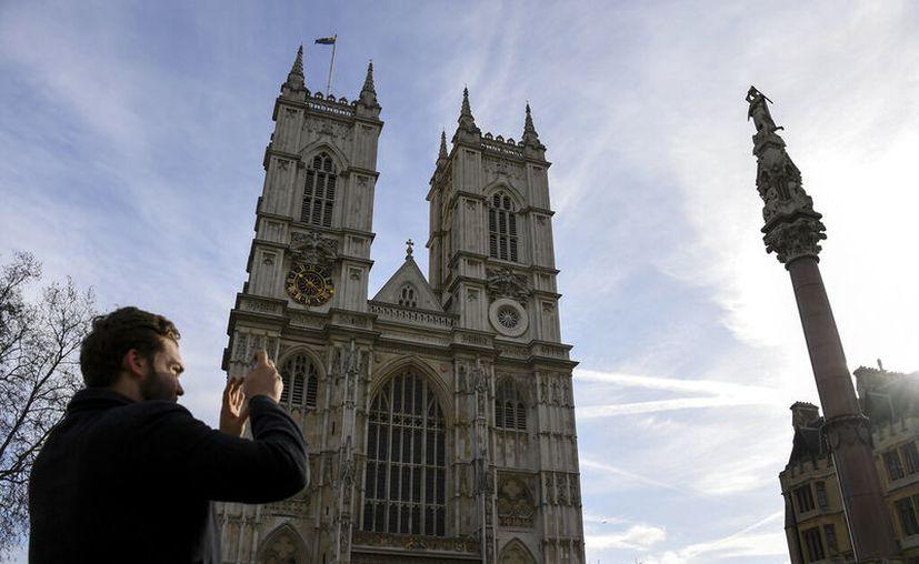 Un turista toma fotografías afuera de la Abadía de Westminster en Londres. (Foto AP / Alberto Pezzali)