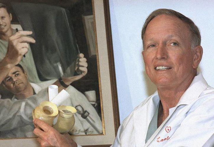 Foto del 20 de abril de 1989 de Denton A. Cooley, durante una conferencia de prensa en Houston, Texas. El destacado cardiólogo, pionero del trasplante de corazón mecánico, falleció el viernes 18 de noviembre de 2016. (Foto: AP/Pam MacDonald)