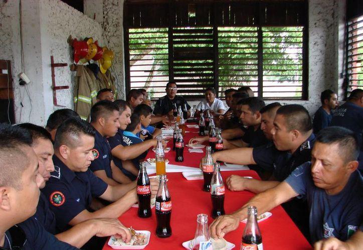 Los elementos del Cuerpo de Bomberos de Felipe Carrillo Puerto, disfrutaron de una comida en su honor, para festejar su día. (Manuel Salazar/SIPSE)