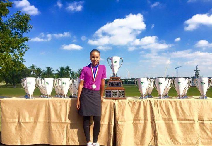La tabasqueña Ariel González posa con los trofeos del Doral-Publix Junior Golf Classic, que se celebró los últimos días en Miami, Florida. (Milenio Novedades)